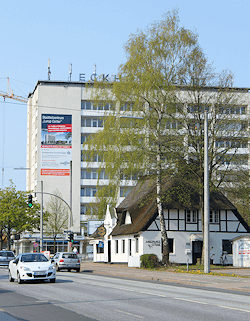 Hamburg Lurup - Hochhaus und Reetdachhaus
